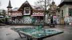 Ein Tischtennistisch steht auf dem Platz vor dem Kulturzentrum Reitschule in Bern.