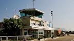 Das Ziel der kleinen Flugplätze wie Grenchen wird eine günstigere Flugsicherung sein. Die Zeiten, in denen die Flugsicherung für Regionalflugplätze beinahe zum Nulltarif zu haben war, sind vorbei. Bild: Der Tower auf dem Flugplatz im solothurnischen Grenchen.