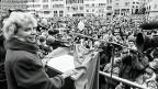 Der Kampf um gleiche Rechte für die Frauen müsse weitergehen – und dafür brauche es eine neue Frauen-Generation,  Junge mit eigenen Ideen und Forderungen, sagt Christiane Brunner. Bild: Demonstration am 6. März 1993 in Zürich, drei Tage nach Brunners Nicht-Wahl zur Bundesrätin.