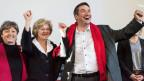 Die SP Nationalrätinnen (von links) Margret Kiener Nellen, Susanne Leutenegger Oberholzer und Präsident Christian Levrat jubeln im Hauptquartier des Nein-Komitees gegen die USR III.