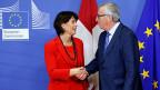 Händedruck zwischen Bundespräsidentin Doris Leuthard und EU-Kommissionspräsident Jean-Claude Juncker in Brüssel.