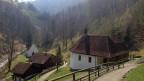 Neben der Melcha, die durch die Schlucht fliesst, stehen zwei kleine, weiss getünchte Kapellen und – aus Rottannenholz - die bescheidene Klause von Bruder Klaus.
