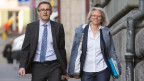 Martin Baltisser, Generalsekretär SVP (links) und Silvia Bär, stellvertretende Generalsekretärin SVP, auf dem Weg zur Gerichtsverhandlung in Bern.