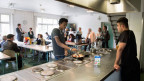 Asylsuchende beim Kochen in der Kollektivunterkunft Viktoria in Bern.