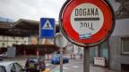 Weil er 140 Menschen illegal über die Grenze transportiert haben soll, steht ein Italiener in Basel vor Gericht. Symbolbild.
