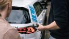 Wer sprichwörtlich Gas gibt bei der Ausbildung und pünktlich am 17. Geburtstag den Lernfahrausweis hat, kann so - neu - theoretisch schon ab dem 18. Geburtstag alleine Auto fahren.
