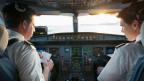 Die Piloten bereiten sich im Cockpit auf den Flug vor.