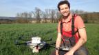 Thomas Widmer mit seiner Drohne auf dem Römerhof in der Nähe von Winterthur