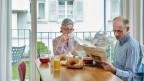 Seniorinnen und Senioren sollen möglichst lange zuhause wohnen können. Die dafür nötigen Dienstleistungen wie Kochen, etc. würden über eine Pauschale in Form von Gutscheinen finanziert. Symbolbild.