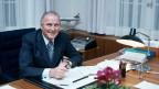 Willi Ritschard in seinem Büro in Bern im November 1977. Ritschard wurde am 5. Dezember in den Bundesrat gewählt und stand dem Eidgenössischen Departement für Umwelt, Verkehr, Energie und Kommunikation sowie dem Finanzdepartement vor.