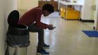 Ein junger eritreischer Asylsuchender im Wohnheim Stockbrunnen in Beatenberg.