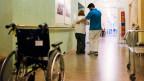 Ein Zivildienstmitarbeiter in der Physiotherapie am Schlössli Biel, einem Zentrum für Langzeitpflege.