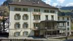 Die Ur-Ur-Grossmutter von Prince Charles hat schon dort genächtigt - im Posthotel «Löwe» im Bündner Bergdorf Mulegns, direkt an der Julier-Passstrasse. 1870 wurde es erbaut. Doch das altehrwürdige einstige Postkutschen-Hotel droht zu zerfallen. Die bald 80-jährige Besitzerin Donata Willi hält den Betrieb noch aufrecht - ganz allein - und hofft auf eine baldige Nachfolgelösung.