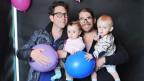 Die Eltern Micha und Ron mit ihren Mädchen Emma und Elly. Bild: Watson.