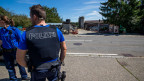 Die Polizei patroulliert vor dem Hof von Ulrich K., der wegen der Quaelerei von Pferden unter Verdacht steht, am Montag 7. August 2017, in Hefenhofen.