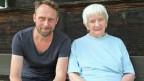 Links der 40jährige Enkel Urs, rechts die weisshaarige 85jährige Grossmutter Ruth.