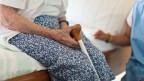 Die Pflegekosten im Schweizer Gesundheitssystem steigen immmer weiter. Grund: wir werden älter und brauchen mehr Pflege.