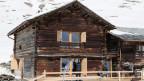 Ein alter Stall am Dorfeingang in Juf im bündnerischen Avers wird zu Luxuswohnungen umgebaut.
