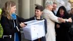 Von links nach rechts: Die Nationalrätinnen Nadine Masshardt, SP, Lisa Mazzone, GPS, Rosmarie Quadranti, BDP, und Marianne Streiff-Feller, EVP, übergeben die Unterschriftenbogen am 10. Oktober 2017 in Bern.