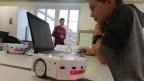 Die Arbeit mit dem Roboter «Thymio» fasziniert den Schüler Jan Häller offensichtlich. Bild: Beat Vogt/SRF.