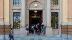 Schüler betreten das Schulgebäude im Gymnasium in Lugano.