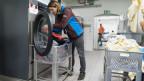 Ein Zivildienst-Leistender in einer Wäscherei.