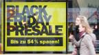 Black Friday-Rabatte in Schaufenstern - Schweizer Detailhändler sind in Zugzwang.