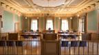Der abgekürzte Weg via «Strafbefehl» soll nur noch bei Freiheitsstrafen bis 4 Monaten oder Geldstrafen bis 120 Tagessätze möglich sein. Blick in den grossen Gerichtssaal des Kantonsgericht Glarus.