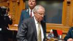 Der abgewählte Bundesrat Christoph Blocher am 13. Dezember 2007, schreitet zum Rednerpult, um vor der Vereinigten Bundesversammlung eine Abschiedsrede zu halten. Am Vortag war er aus der Regierung abgewählt worden.