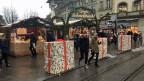 Der Eingang zum Weihnachtsmarkt auf dem Berner Waisenhausplatz. Die Betonblöcke wurden in Geschenkpapier eingepackt.