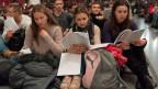 Junge Menschen beten am 40. Europäischen Jugendtreffen der Gemeinschaft von Taizé in Basel.