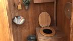 Das WC-Häuschen von «Greenport» ist ganz aus Tannenholz.