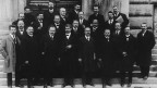 Das Oltener Aktionskomitee, das für den Generalstreik verantwortlich war, mit seinen Verteidigern vor dem Gerichtsgebäude der 3. Division im März 1919 in Bern.