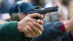 Ein Sportschütze schiesst während des Trainings auf der 25-Meter Pistolen-Schiessanlage.
