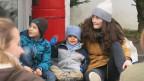 Eine junge Frau von der Jugendorganisation «Pfasyl» spielt mit Flüchtlingskindern.