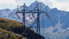 Strommast am Gotthardpass, mit Blick auf die Südseite des Gotthardmassivs bei Airolo, Schweiz.
