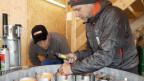 Mitarbeiter der Firma Avalanche Control bestücken das Magazin für den Masten mit Sprengladungen.