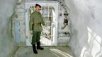 Ein Soldat steht anlässlich einer Presseführung zur Information über die Geheimarmee P-26 beim Eingang der unterirdischen Bunkeranlage bei Gstaad im Berner Oberland, Archivaufnahme vom 7. Dezember 1990.