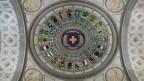 Die Kuppel mit dem Schweizer Kreuz und den Kantonswappen im Bundeshaus.