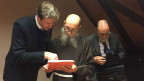 Der Provinzial der Kapuziner, Agostino Del-Pietro (Mitte), nimmt den Bericht entgegen.