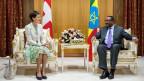 Die damalige Schweizer Bundespräsidentin Simonetta Sommaruga, im Gespräch mit dem äthiopischen Premierminister Hailemariam Desalegn, während eines Treffes in dessen Büro in Addis Abeba, Äthiopien am 26. Oktober 2015.