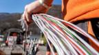 Ein Arbeiter montiert Glasfaserkabel der Swisscom für den Internetanschluss in Bellinzona.