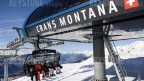 Auf dem Bild ist ein voll besetzter Sessellift im Skigebiet Crans-Montana zu sehen