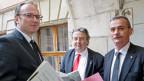 Die beiden Berichterstatter der parlamentarischen Untersuchungskommission Thomas Blaesi, (li), und Roger Deneys, (Mitte), mit Jean-Marie Voumard, Präsident der parlamentarischen Untersuchungskommission für Dysfunktionen, die zum Tod von Adeline führen, in Genf.