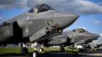 Die US-Waffenherstellerin Lockheed Martin stellt den F-35 Tarnkappen-Flieger her.