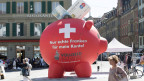 Befürworter der Vollgeldinitiative werben mit einem aufgeblasenen Sparschwein für ein Ja zur Vollgeldinitiative.