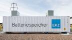 Blick auf einen der drei Batteriecontainer des Batteriemoduls der Elektrizitätswerke des Kantons Zürich.