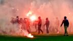 Hooligans an einem Fussballspiel.