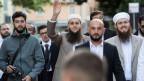 Nicolas Blancho, IZRS-Präsident, Qaasim Illi, Medienverantwortlicher IZRS und Naim Cherni, Kulturproduzent IZRS (von rechts) vor dem Bundesstrafgericht in Bellinzona.