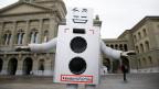 Eine als Roboter verkleidete Person vor dem Bundeshaus wirbt für ein bedingungsloses Grundeinkommen.